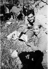 Dos soldados republicanos leen Trincheras y Humor en la retaguardia de la batalla del Ebro. Vía Europeana http://www.europeana.eu/