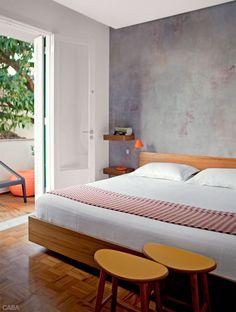 Painéis de madeira integram e separam os ambientes deste apê de 120 m² - Casa