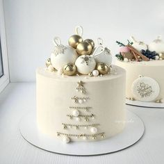 A beautiful winter cake combining . Christmas Cake Designs, Christmas Cake Decorations, Christmas Cupcakes, Christmas Sweets, Holiday Cakes, Christmas Baking, New Year Cake Decoration, Christmas Birthday Cake, Winter Torte