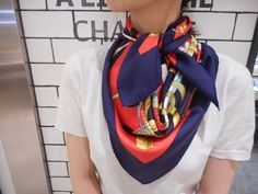 Pin by on Wearables in 2020 Bandanas, Silk Neck Scarf, Silk Scarves, How To Wear Scarves, Summer Outfits Women, Mode Vintage, Casual Chic Style, Fashion Books, Square Scarf