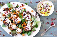 """Dit recept is zonder meer één van de meest bekendste recepten van de beroemde kok en restauranteneigenaar Yotam Ottolenghi. Een echte topperen de kaftfoto van het boek """"Plenty"""".Het contrast tussen de gegrilde aubergines, de yoghurt en de intens rode granaatappelpitjes zijn een lust voor het..."""