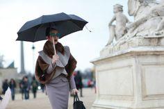 Fashionista enfrenta chuva para chegar a desfile da semana de moda de Paris. O clique é de Ana Clara Garmendia.