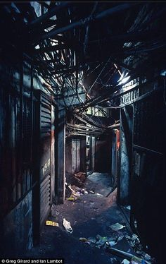 Kowloon Walled City  Una foto del apasionante reportaje fotográfico de los canadienses Greg Girard y Ian Lambot en Kowloon Walled City.  Otras fotos del mismo: http://www.dailymail.co.uk/news/article-2139914/A-rare-insight-Kowloon-Walled-City.html