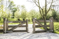 Hekwerk, entree huis, landelijk wonen, Wilgenrijk Front Gates, Entrance Gates, Love Garden, Home And Garden, Foto Website, Old Gates, Country Fences, Farm Gate, Cedar Homes