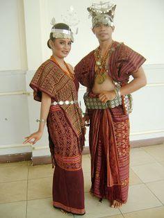 Traditional clothing of East Nusa Tenggara Traditional Fabric, Traditional Fashion, Traditional Dresses, Traditional Wedding, Indonesian Wedding, International Clothing, International Festival, Model Kebaya, Costumes Around The World
