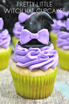 Easy cake decorating to create some witch themed cupcakes with hats on for Halloween. The perfect none spooky pretty cupcakes for parties and treats. Scary Halloween Treats, Halloween Cupcakes Easy, Halloween Ideas, Halloween Activities, Halloween Party, Pretty Cupcakes, How To Make Cupcakes, Banana Split Dessert, Cheesy Breadsticks