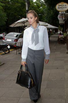 Camisa gola laço, modelo tradicional, com punhos e laço em cinza.