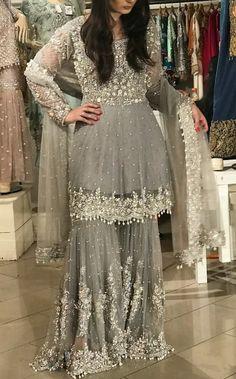 Design news : शादी मे इन शरारा को जरूर पहनें सुन्दर दिखने के लिए। Pakistani Dresses Party, Pakistani Fashion Party Wear, Pakistani Wedding Outfits, Pakistani Dress Design, Pakistani Wedding Dresses, Party Wear Dresses, Indian Dresses, Indian Outfits, Sharara Designs