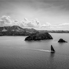 Via @jeffbrown.breedmedia  #dailydronepic #drone #droneview #blacknwhite #above #ocean #sails #sailboat #mothernature #naturepic #mountains #clouds by dailydronepic