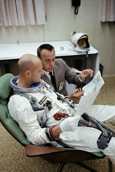 Tom Stanford and Alan Shepard. Astronauts In Space, Nasa Astronauts, Programa Apollo, Project Gemini, Cosmos, Project Mercury, Apollo Space Program, Space Suits, Apollo Missions