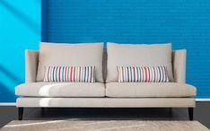 Beżowa sofa Norma, ze wzorzystymi poduszkami dekoracyjnymi. Dostępna w dowolnym kolorze. Outdoor Sofa, Outdoor Furniture, Outdoor Decor, Love Seat, Couch, Home Decor, Settee, Sofa, Small Sofa
