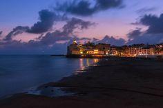 Luces nocturnas en la playa de Sant Sebastià de Sitges. Por si alguien no lo sabe aún puede visitarnos y disfrutar del Festival Internacional de Cine Fantástico. Acaba el 16 de este mes #sitges #noche #night #luces #lights #mar #sea #mediterraneo #mediterranean #playa #beach