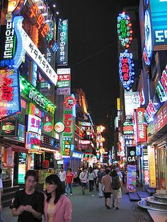 How do businesses in the city grab your attention at night? If they are anything like #Seoul, South #Korea, they use bright signs. | 서울시, 대한민국