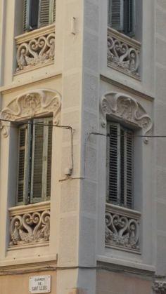 """Cada dia salgo a pasear con mi perro """"Romeo"""". Estamos en el barrio de Gracia. Casa dia descubro nuevas casas modernistas. Esta en la calle Sant Lluis. Os imaginais vivir en ella?"""