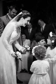 Lia e João: Vestido Nouveau por Giselle Nasser; Foto Daniela Picoral #nouveauporgisellenasser #noivanouveau #noivaleve #vestidodenoivafluido #vestidodenoivademangalonga #casamentoanoite