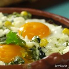 ¿Qué mejor que desayunar unos deliciosos Huevos a la Cazuela con Poblano? Este desayuno es muy bajo en carbohidratos ya que sólo tiene un poco de granos de elote amarillo. Inicia tu día de forma saludable con estos deliciosos huevos con rajas. Lo mejor para acompañar estos Huevos a la Cazuela con Poblano son unas ligeras tortillas de nopal con un delicioso guacamole. Si quieres que esta receta sea todavía más saludable, puedes sustituir la crema ácida por jocoque cremoso. ¿Qué más le… Clean Eating, Healthy Eating, Poblano, Guacamole Recipe, Tasty, Yummy Food, Cooking Recipes, Healthy Recipes, Bread And Pastries