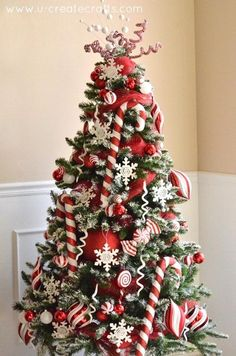 Peppermint and Snow Themed Christmas Tree. ❤❤❤ the peppermint theme at Christmas time.