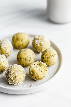 These lemon poppy seed bliss balls are a healthy treat that are easy to make and require no food processor! You'll love this healthy vegan treat! Healthy Food Habits, Healthy Food Choices, Healthy Meals For Kids, Vegan Sweets, Healthy Sweets, Healthy Snacks, Healthy Nutrition, Raw Balls, Energy Balls