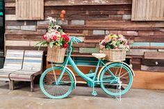 8052c980782 Esta bicicleta antiga foi pintada com este tom alegre de azul e recebeu  dois cestos com