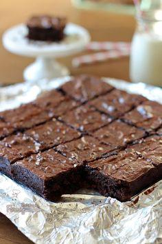 Úmido, saboroso e perfeito! Não dá para resistir a esses Brownies de Cacau... Chewy Brownies, Blondie Brownies, Brownie Cupcakes, Brownie Bar, Brownie Recipes, Chocolate Recipes, Brownie Packaging, Chocolate World, Fat Foods