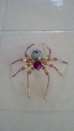 Cette araignée de taille moyenne est d'environ 3 pouces. Il est fait avec des perles jaunes et violettes et une perle de jaspe sésame que pour le corps. Il est réalisé sur du fil d'argent. Cette araignée est un amusement et une jolie décoration.