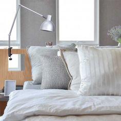Aplique de pared Loft de estilo moderno con sujeción de pinza. Presenta acabado en color plata ideal para colocar con facilidad en tu dormitorio y utilizarla como luz auxiliar