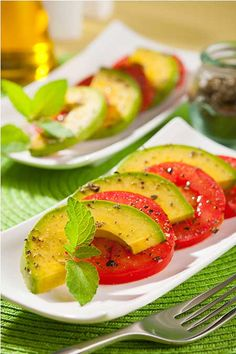 Avocado Tomato Salad ~ The Amazing Avocado Recipes Super easy and delish a great mid day snack Tomato Salad Recipes, Avocado Tomato Salad, Avocado Recipes, Tomato Basil, Caprese Salad, Real Food Recipes, Great Recipes, Cooking Recipes, Gourmet