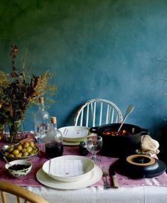Langtidskokt oksegryte med gulrøtter, perleløk og sopp Nom Nom, Bacon, Table Settings, Food And Drink, Home Decor, Table Top Decorations, Interior Design, Place Settings, Home Interior Design