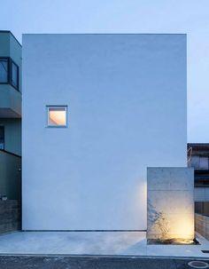 House T by Takeshi Hamada 這種純白色的房子在大阪府的設計是由日本建築師濱田毅,看起來像簡單的塊豆腐