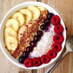 WEEKEND and again. Oats. With berries nana and flax seeds n coconut from @yoursuperfoods. I seriously have a huge banana ice cream deficit due to my broken blender. But my new one is on its way so HURRY UP I'm slowly getting sick of oats no matter how yummy they are  #melinamandarini #oatmeal #govegan // btw check out my new video about my experience on the starch solution then you might understand even better why I'm sick of oats haha  by melinamandarini