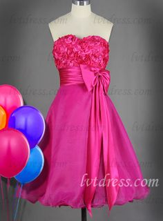 Do you tempt to this cut cocktail dress? Sweetheart neckline decorated with flower petals is lovely and stylish. Knee-length organza attire matching with a pair of delicate beautiful shoes makes you become a modern girl.