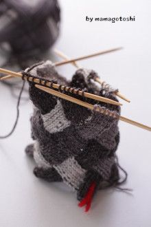 白樺編み(バスケット編み)は輪編みできますよのお話| ニットカフェ 千編工房 (ちあみこうぼう) How To Do Crochet, Mitten Gloves, Knitting Projects, Hair Accessories, Design Inspiration, Handmade, Crochet Ideas, Building Design, Socks