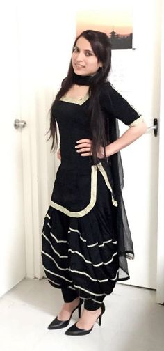 patiala salwar kurti design for girls If there's one style which is constantly linked to Indian Fashion, it is the Patiala suit. Patiala Suit Designs, Patiala Salwar Suits, Kurti Neck Designs, Salwar Designs, Kurti Designs Party Wear, Black Patiala Suit, Punjabi Dress, Punjabi Suits, Moda Indiana