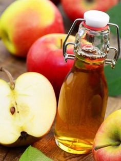 Geheimwaffe Apfelessig trinken: So gesund ist es Drink a glass of water with cider vinegar before going to bed and you're rid of your food cravings. Apple cider vinegar makes beautiful skin and shiny hair. Home Remedies, Natural Remedies, Healthy Life, Healthy Living, Stay Healthy, Healthy Drinks, Healthy Recipes, Apple Cider Vinegar, Health Tips
