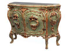 Höhe: 83 cm. Breite: ca. 117 cm. Tiefe: 44,5 cm. Venedig, um 1760. Holz, geschnitzt, grün und goldgefasst. Das aufwendig und prachtvoll geschnitzte Möbel auf...