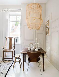 La bonne idée pour relooker la salle à manger : changez de lustre. En choisissant un nouveau luminaire pour votre espace, d'autant plus un grand, vous rajeunirez la déco de la pièce.