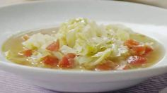 A package of onion soup mix flavors the tomato broth in which six different vegetables are combined with shredded cabbage in this fat free, low-calorie soup. Healthy Dinner Recipes, Diet Recipes, Healthy Snacks, Cooking Recipes, Cabbage Fat Burning Soup, Cabbage Soup Recipes, Different Vegetables, Detox Soup, Soup And Salad