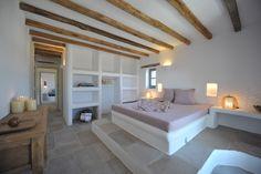 Beautiful bedroom - simple and calming Mediterranean Houses, Casa Top, Hotel Room Design, Built In Furniture, Spanish House, Suites, Guest Bedrooms, Minimalist Home, Elle Decor