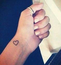 Mooi klein gebaar Ankle Tattoos For Women, Cute Tattoos For Women, Small Wrist Tattoos, Little Heart Tattoos, Cute Little Tattoos, M Tattoos, Sister Tattoos, Coeur Tattoo, Forgiveness Tattoo