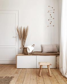 Hottest Photographs Organiser un coin banquette dans son entrée Style The IKEA Kallax series Storage furniture is a vital element of any home. They give get and allow y Ikea Kallax Series, Coin Banquette, Vintage Porch, Home And Living, Living Room, White Wicker, Scandinavian Interior, Diy Bedroom Decor, Home Decor