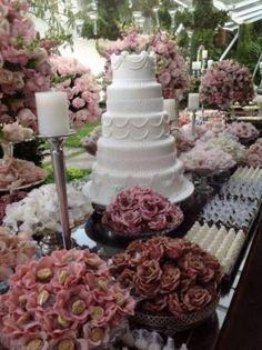 mesa de casamento com bolo e docinhos