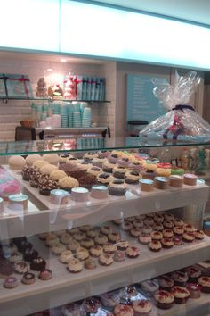Lolas Cupcakes, London everything-english food-and-recipies Bakery Decor, Bakery Interior, Bakery Display, Bakery Design, Patisserie Design, Bakery Ideas, Bakery Store, Bakery Cafe, Cupcake Shops