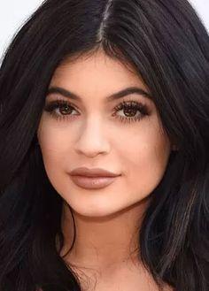 Kylie Jenner revela o passo a passo do seu make para o dia a dia