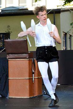Ben Smalls ist Jongleur, Tänzer und moderner Clown. Und er liebt Mozart! In einer clownesken Hommage an den Klassik-Helden des 18. Jahrhunderts entführt er das Publikum auf eine unterhaltsame Reise durch die schönsten musikalischen Werke des Komponisten und interpretiert diese auf wundervolle, neue Art: mit tanzenden Bällen und Keulen, mit feinsinnigen Choreographien und witzigen Slapsticks.