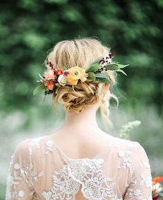 fall wedding hairstyles Beautiful wedding updo with a pretty floral crown to the back of the wedding hairstyle Bridal Hair Photos, Boho Bridal Hair, Bridal Updo, Bridal Waves, Bridal Hair Garlands, Bridal Style, Hippie Wedding Hair, Short Bridal Hair, Bridal Crown