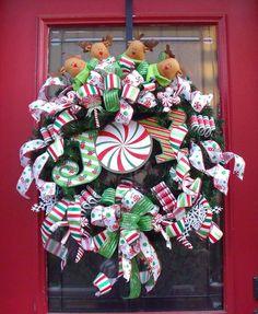 Christmas ornaments to make. I love them Christmas Humm. Christmas decor christmas home. Christmas Door Hangings, Christmas Mesh Wreaths, Christmas Ornaments To Make, Christmas Art, All Things Christmas, Christmas Stockings, Christmas Holidays, Christmas Decorations, Christmas Ideas