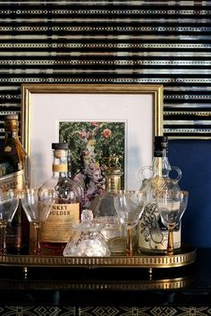 How can a home bar influence and change your life? Bring the confort you always wanted to you place by setting the perfect luxury bar just for you. Bar Cart Styling, Bar Cart Decor, Outside Bars, Gold Bar Cart, Bar Tray, Drinks Tray, Beverages, Pub Set, Trendy Home
