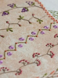 Would make a beautiful tree skirt with Christmas colors in the embroidery Hand Embroidery Videos, Embroidery Stitches Tutorial, Embroidery Works, Simple Embroidery, Japanese Embroidery, Hand Embroidery Patterns, Embroidery Techniques, Embroidery Applique, Beaded Embroidery