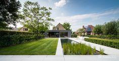 Aangelegde tuinen door tuinonderneming Monbaliu - Goud voor strakke zwemvijver, die met tijdloze tuin en ruime terras een mooi geheel met de woning vormen