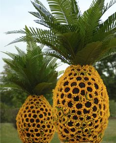 Party Yard Art: Sunflower Pineapple Flower Sculptures By Preston Bailey Preston Bailey, Sunflower Centerpieces, Pineapple Centerpiece, Sunflower Vase, Picnic Centerpieces, Giant Sunflower, Sunflower Design, Wedding Centerpieces, Pineapple Flowers